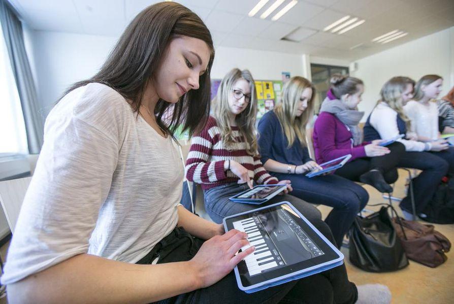 Inka Kauppinen, Emma Lumila ja Karita Mikkonen soittavat koskettimia iPadeilla.
