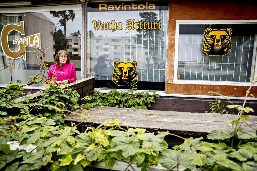 Kaupunkikuva muuttuu, kun vanhojen asuinalueiden pienet ostoskeskukset jäävät uuden rakentamisen alle. Oulussa Välivainion alue on suurten muutosten edessä. Tekstiilitaiteilija Vuokko Isaksson muistelee, millainen vanha ostari oli alkujaan.