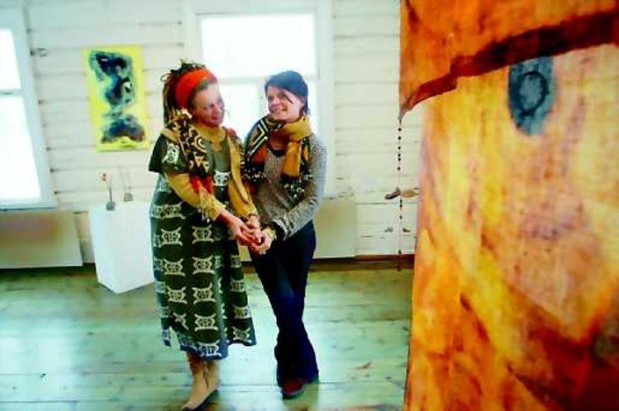 Afrikkaa taiteeseen. Taodemaalari ja graafikko Merja Aletta Ranttila ja hänen sisarensa tekstiilitaiteilija Seija Ranttilasaivat maalauksiinsa ja tekstiileihin uusia vaikutteita stipendiaattimatkaltaan.
