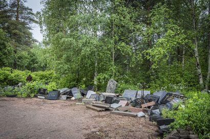 """Rovaniemellä neljännen hautausmaan ulkopuolelle lepää pino poistettuja hautakiviä – """"Hautausoikeus velvoittaa omaisia pitämään huolta haudoista"""""""