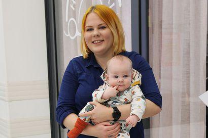 Äitiysloma katkaisi kuusamolaisen parturi-kampaajan Susanna Käkelän työputken – Ilpo-vauva istuu nyt sitterissä työnjohtajana