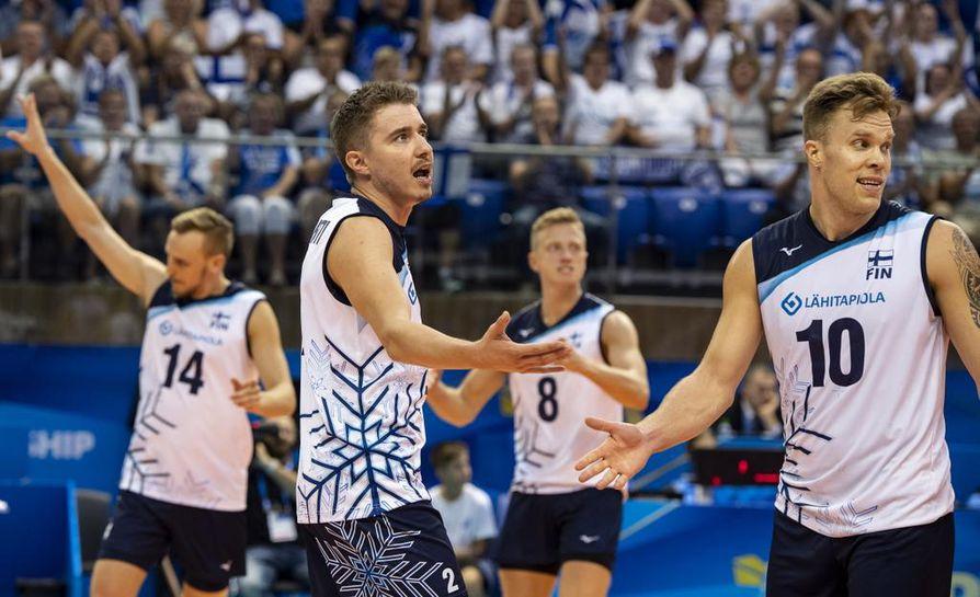 Eemi Tervaportti (toinen vas.) ja Urpo Sivula (oik.) juhlivat onnistumista Kuuba-ottelussa.