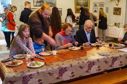 Juhlaperinteitä vaalitaan Ojantakasen perhekodissa – päihteetön joulu voi olla nuorelle ainutlaatuinen kokemus