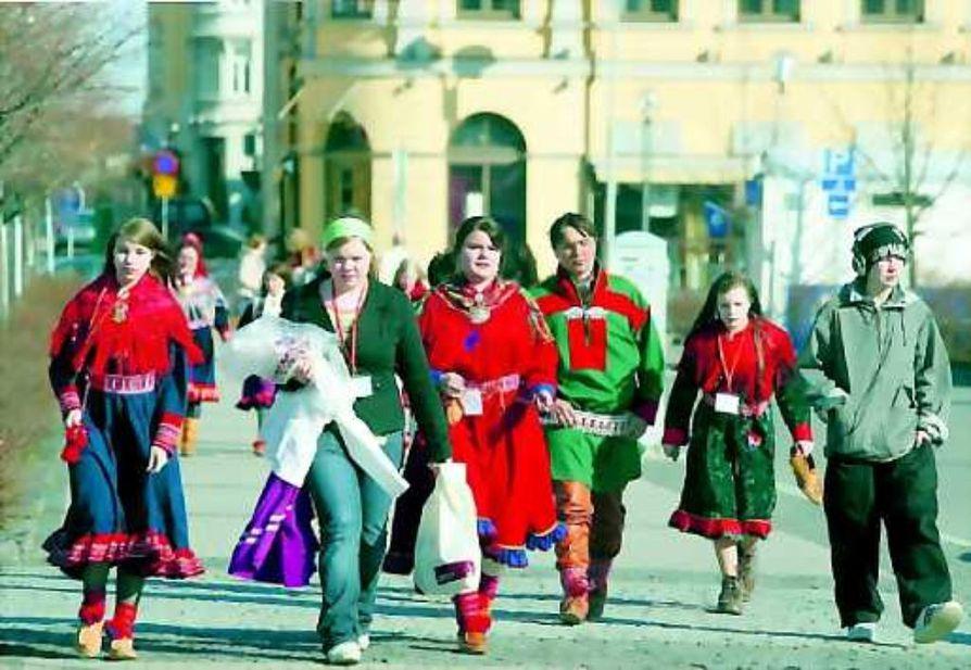 Saamelaisnuoret edustamassa. päättyvillä koulun suurjuhlilla Niillas Holmberg (oikealla) seurassa mistä syntyi muutakin kuin musiikkia. Nils-Heikki Paltto jatkaa joukosta joikuperinnettä.