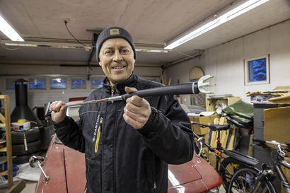 Oululaisen Jouko Komulaisen päähän tupsahtelee koko ajan uusia keksintöideoita – viimeksi patentin saivat metsästäjän ampumatuki ja golfaajan pallonpoimija