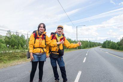 """Liftaus ei ole kuollut – saksalaiset Eva ja Malte liftaavat itäreittiä pohjoiseen: """"Viime vuonna niitä oli 35, tänä vuonna ehkä noin 50 000 kilometriä"""""""