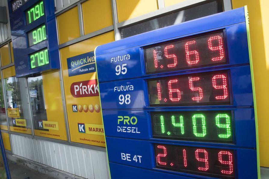 Bensiinin ja dieselin hinta nousee veronkorotuksen takia ensi vuoden elokuussa.