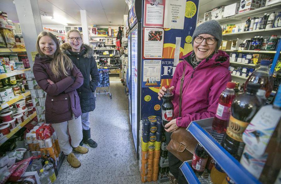 Oululainen Helena Puroila (oikealla) on lähtöisin Tyrävaaran kylästä. Kyläkaupassa käynti on olennainen osa mökillä käyntiä Helenalle sekä Milla ja Enni Puroilalle.
