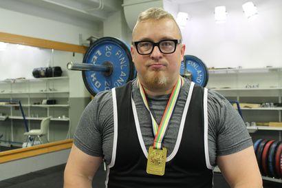 Tero Arponen rutisti 200 kiloa penkistä Ylitorniolla