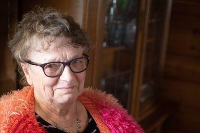 """Anneli Murtovaara on neulonut syntymäpäiväsukkia jo lähes sata paria - Nyt ne valmistuvat jopa viikonlopun aikana: """"Riippuen siitä, paljonko on aikaa istua"""""""