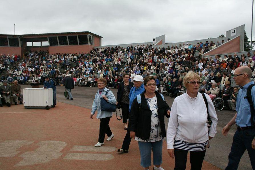Haapajärven pesäpallostadioni veti tuhansittain herätysjuhlavieraita.