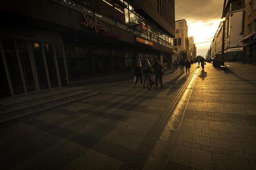 Rotuaarin ja Kauppurienkadun kulma on esimerkki siitä, mitä Oulun keskustassa todennäköisesti tapahtuu tulevina vuosina: kiinteistössä toimii kahvila ja kuntokeskus, kauppa on vetäytynyt murto-osaan takavuosien neliöistä.