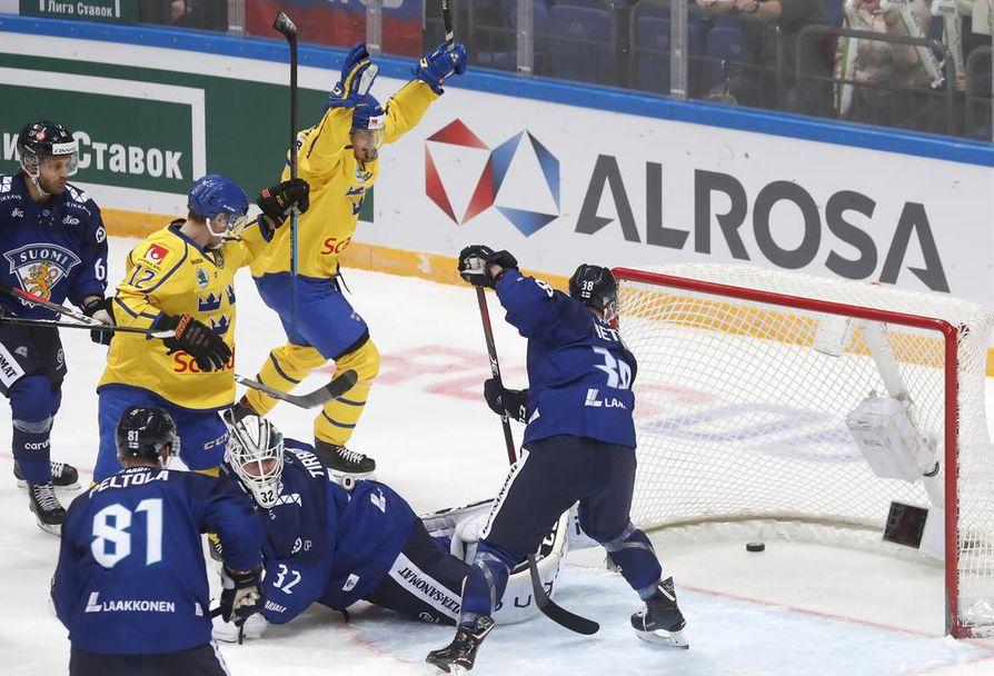 Ruotsin Michael Lindqvist juhlii Suomea vastaan syntynyttä ensimmäistä maalia.