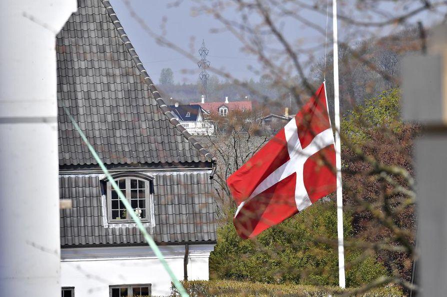 Tanskan lippu on puolitangossa Povlsenien kodin edustalla Aarhusissa.