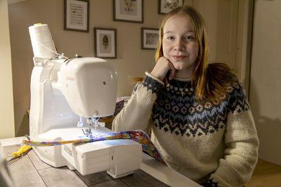Ompelemalla omaa rahaa – 15-vuotias Milla Lausmäki innostui käsitöistä jo pienenä ja nyt kutoo villasukkia tunneillakin