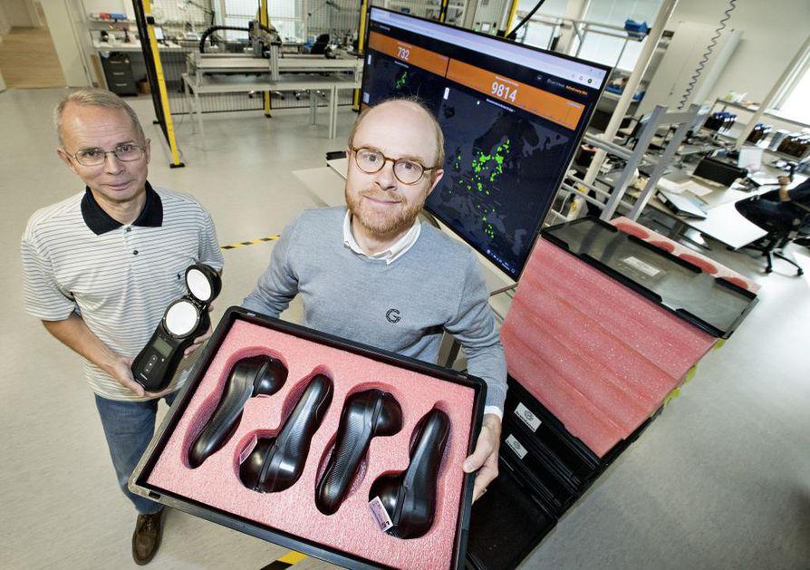 Laitteiden avulla voidaan mitata viljan valkuispitoisuutta. Kuvassa Edvard Krogius (oik.) ja Pertti Paaso (vas.) pakattujen laitteiden kanssa yrityksen uusissa tuotantotiloissa.