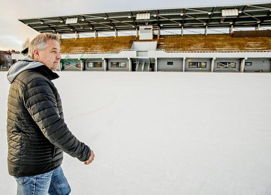 Oulun Kärppien toimitusjohtaja Tommi Virkkunen sanoo, että Pakkalan tekojää olisi paras paikka ulkoilmaottelun järjestämiseen.