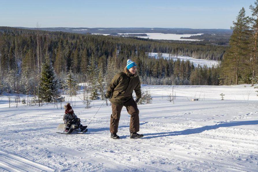 RISTIJÄRVI: Kainuussa on ollut ainakin vielä kuluneella viikolla komeita mäenlaskukelejä. Hannu Puuronen nautti tyttärensä Sofia Puurosen kanssa talvesta Saukkovaaralla.