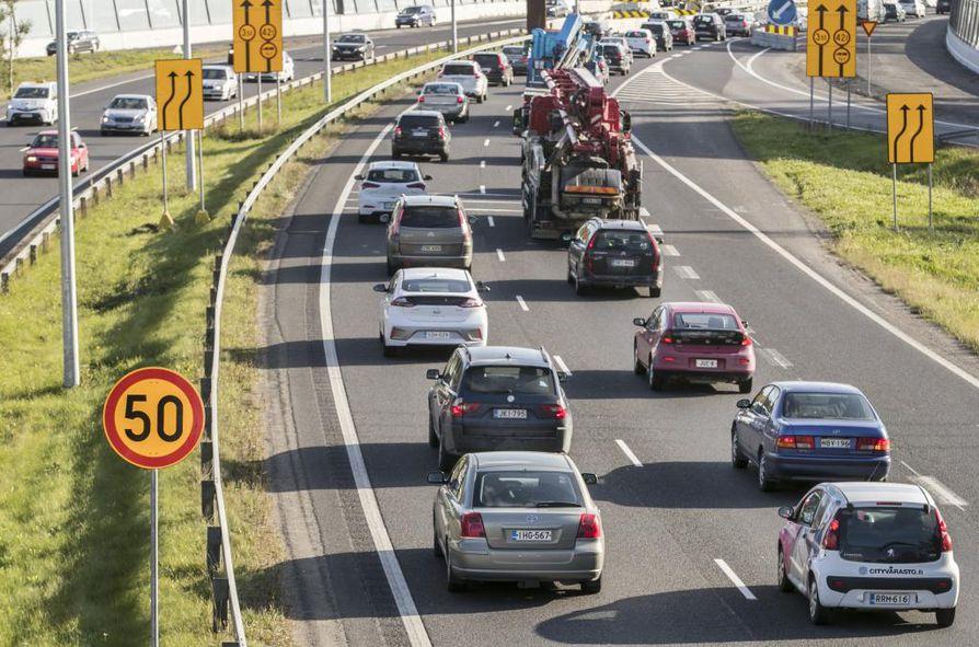 Liikenne hidastui ja sumppuuntui torstaina Pohjantiellä, kun siltatyömaan kohdalle oli tullut 50 kilometrin nopeusrajoitus. Sumppu on odotettavissa taas perjantaiaamuna työmatkaliikenteen ollessa huipussaan.