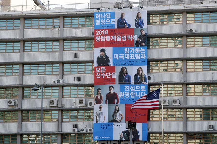 Olympiajoukkueet toivotetaan tervetulleeksi Yhdysvaltain lähetystön seinälle levitetyssä banderollissa. Olympialaiset alkavat 9. helmikuuta.