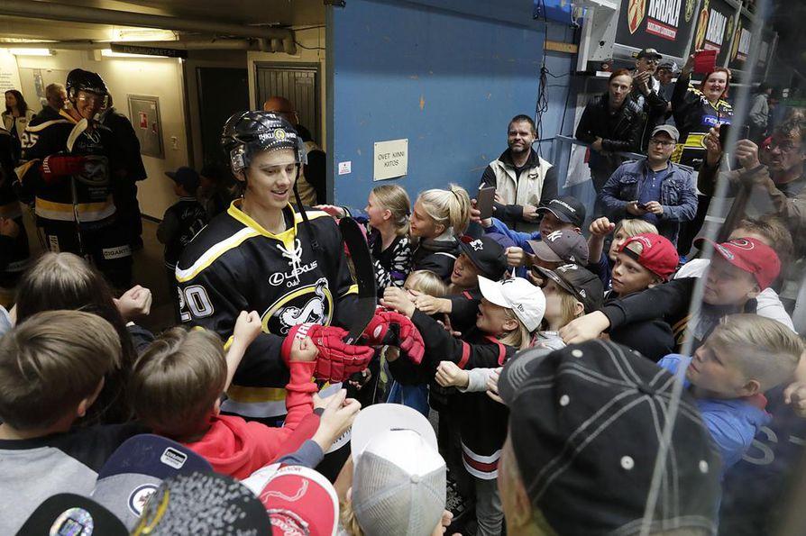 NHL-tähti Sebastian Aho kiinnosti Raksilassa.