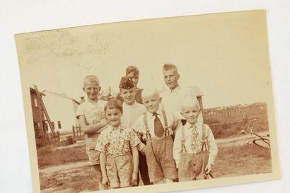Seitsemän serkusta kuvattiin kesällä 1955 – vuonna 1990 he keksivät ryhtyä ottamaan samaa kuvaa yhä uudelleen: mitä tuli heistä ja Kuusamosta?