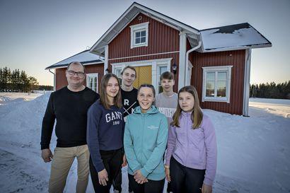 Oululaisessa Koskisen perheessä mittarit pyörivät korona-aikana – perheen poika suihkuttelee huolettomasti kirjaideoita miettien