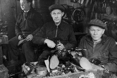 Vanhat kuvat:  Suutarinverstas 30-luvun Oulussa - pohjoisessa järjestettiin niin tallukkakursseja kuin ryijynäyttelyitäkin