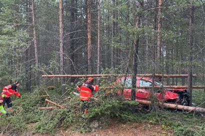 Auto ulos tieltä Inarijärventiellä –Pelastuslaitos muistuttaa vaihtelevan sään vaaroista