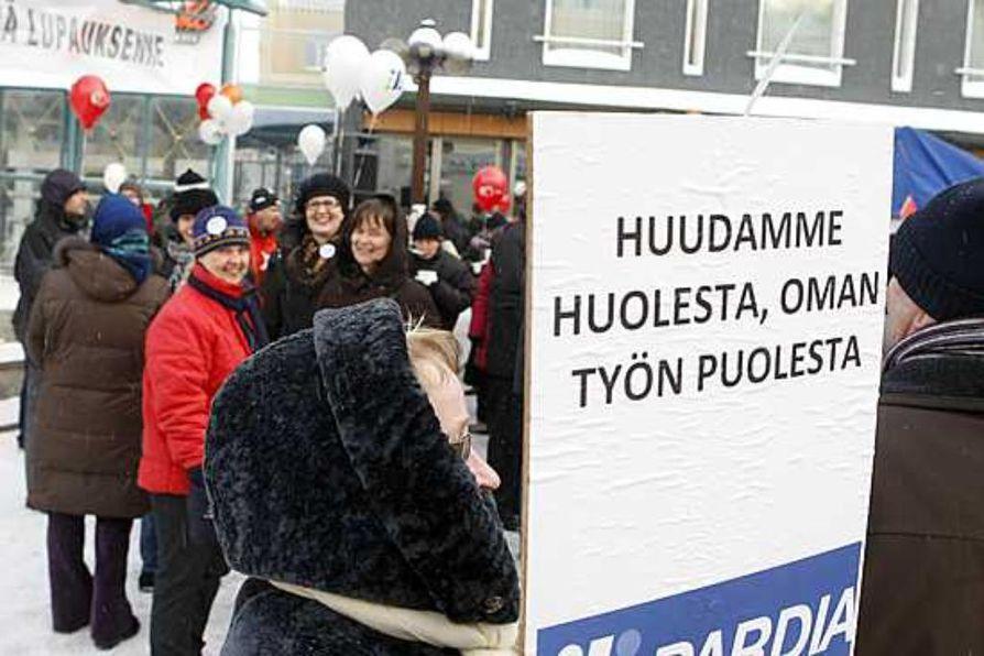Oulun yliopiston työntekijät osoittivat maanantaina aamupäivällä mieltään Oulun keskustassa Rotuaarilla.