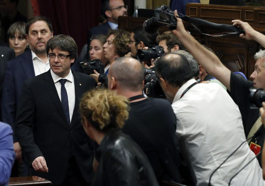 Katalonian aluehallinnon johtaja Carles Puigdemont puhui alueparlamentin istunnossa tiistaina.