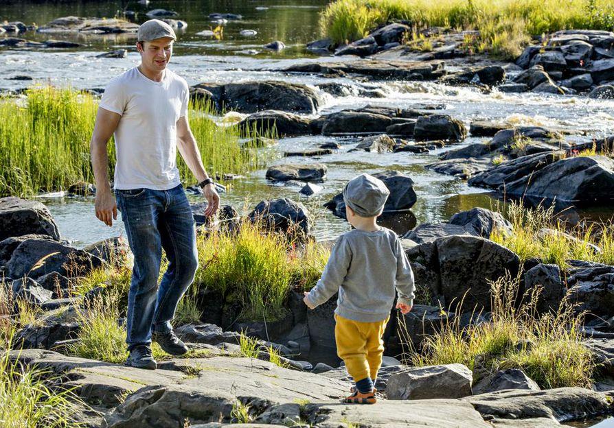 Kärppähyökkääjä Janne Pesonen on innokas kalamies. Hänen poikansa Sulo, 6, ja Jalo, 2, (kuvassa) ovat tulevaisuuden mestarikalastajia.
