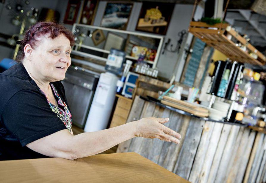 Kaisu Anttila tekee pitkää päivää omassa kahvilassa. Työntekoa hän pitää arvossa. Kaisu ehtii kuitenkin myös osallistumaan nallekerhon keskusteluihin, joissa ruoditaan usein päivänpolitiikkaa.
