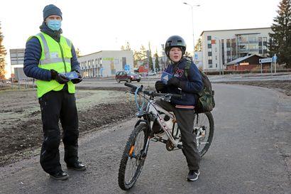 Heijastimet ja pyörän valot kovaan käyttöön – liikenneturvallisuustapahtuma piristi pakkasaamua Kurenalla