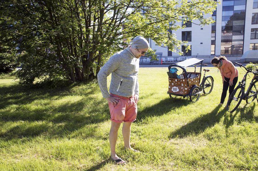 Tuomo Tolonen ja Minttu Kedrin pysähtyivät etsimään Jussi-vauvan kadonnutta kengännauhaa. He ovat muuttaneet Toppilansalmeen viime talvena ja viihtyneet hyvin keskeneräisyydestä huolimatta.