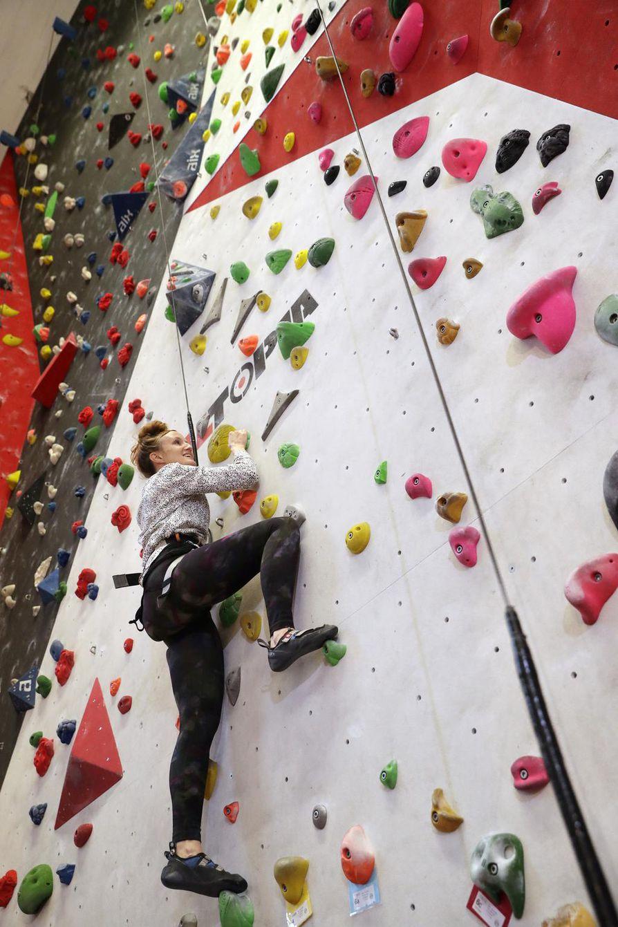 Kiipeily on Alma Lehmuskallion uusi harrastus. Se on myös kivaa yhteistä tekemistä oman lapsen kanssa. –¿Minulle tekee hyvää tehdä asioita, joissa en ole hyvä, Lehmuskallio toteaa Oulun Kiipeilykeskuksen automaattivarmisteisella seinällä.