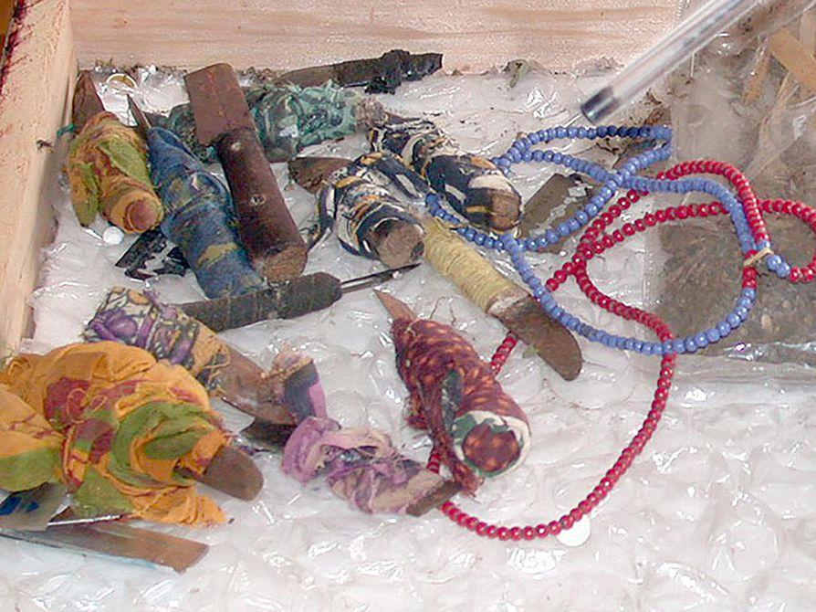 Tyttöjen sukuelinten silpomiseen käytettyjä välineita itäisestä Afrikasta.