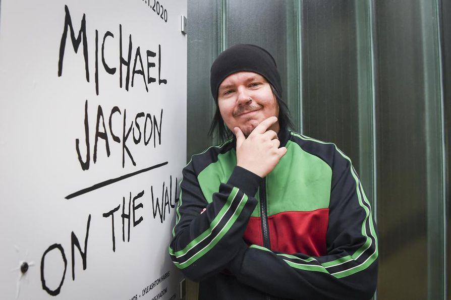 Happoradio-yhtyeen laulaja Aki Tykki fanitti lapsena Michael Jacksonia. EMMAssa avautuvassa Jackson-näyttelyssä hän toivoo näkevänsä yhtä ristiriitaisia teoksia kuin niiden edesmennyt innoittajakin oli.