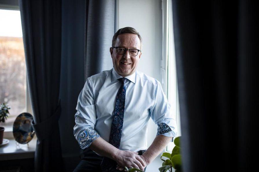 Elinkeinoministeri Mika Lintilä palasi tuttuun ministeriöön. Hän korostaa, että mitä päätöksiä autoilusta tehdäänkään, ne eivät saa kurittaa pitkien etäisyyksien päässä asuvia autoilijoita. Hänen mielestään pitää satsata puhtaisiin kotimaisiin ratkaisuihin.