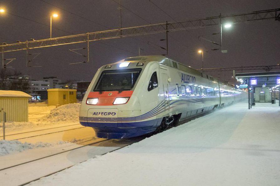 Allegro-juna liikkuu tänään tiistaina pohjoisen raiteilla. Juna kuvattiin Oulussa tiistaina.