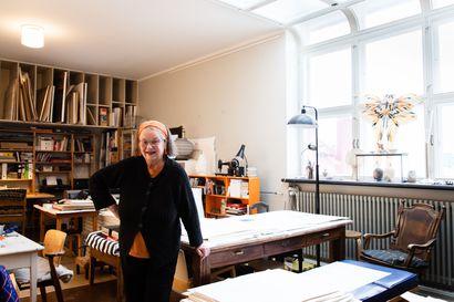 Kesät Hailuodossa viettävä taiteilija Marjatta Hanhijoki haki pitkään ateljeeasuntoa Lallukasta, josta Tove Jansson ei saanut omaa huoneistoa – Katso kuvat upeasti entisöidystä taiteilijatalosta