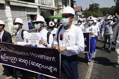 Myanmarin väkivalta kiihtyy, kaksi poliisin ampumaa mielenosoittajaa kriittisessä tilassa