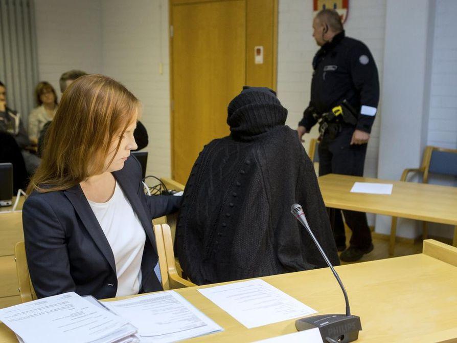 Vauvasurmia on käsitelty Oulun käräjäoikeudessa viime ja tällä viikolla. Kuvassa kasvonsa peittäneen syytetyn lisäksi asianajaja Meeri Palosaari.