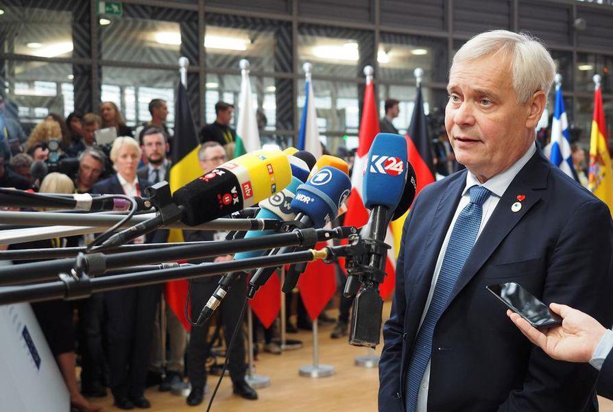 Päähallituspuolueen vastuuta kantavan SDP:n suosio on laskenut  yllättävän aikaisin. Ylen viime torstaina julkistaman mielipidemittauksen mukaan SDP on vasta neljänneksi suosituin  puolue ja hallituksenkin sisällä vasta toiseksi suosituin vihreiden jälkeen. Hallituksen suuret avaukset puuttuvat vielä. Tätä saattaa osaltaan selittää se, että Suomi on juuri nyt EU:n puheenjohtajamaa ja se pitää ministerit kiireisinä. Kuvassa pääministeri Antti Rinne antaa lausuntoja medialle Eurooppa-neuvoston kokouksessa Brysselissä 17. lokakuuta.