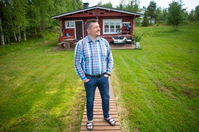 """Täällä voi vain hymyillä – Lomarenkaan hankintajohtaja Marko Säkkinen viettää juhannusta rantasaunalla Kuusamossa, mutta yhtä asiaa hän ei sinne halua: """"Silli on syötti, ei kala"""""""