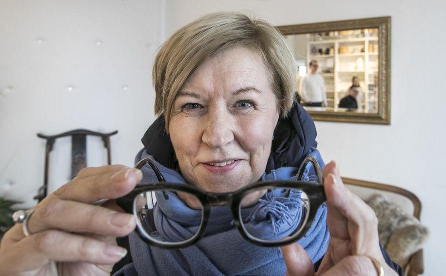 – Jokapäiväinen elämä helpottui kovasti, koska ilman laseja en enää saanut selvää pikkupränteistä esimerkiksi kaupassa, Arja Hellgren kertoo.