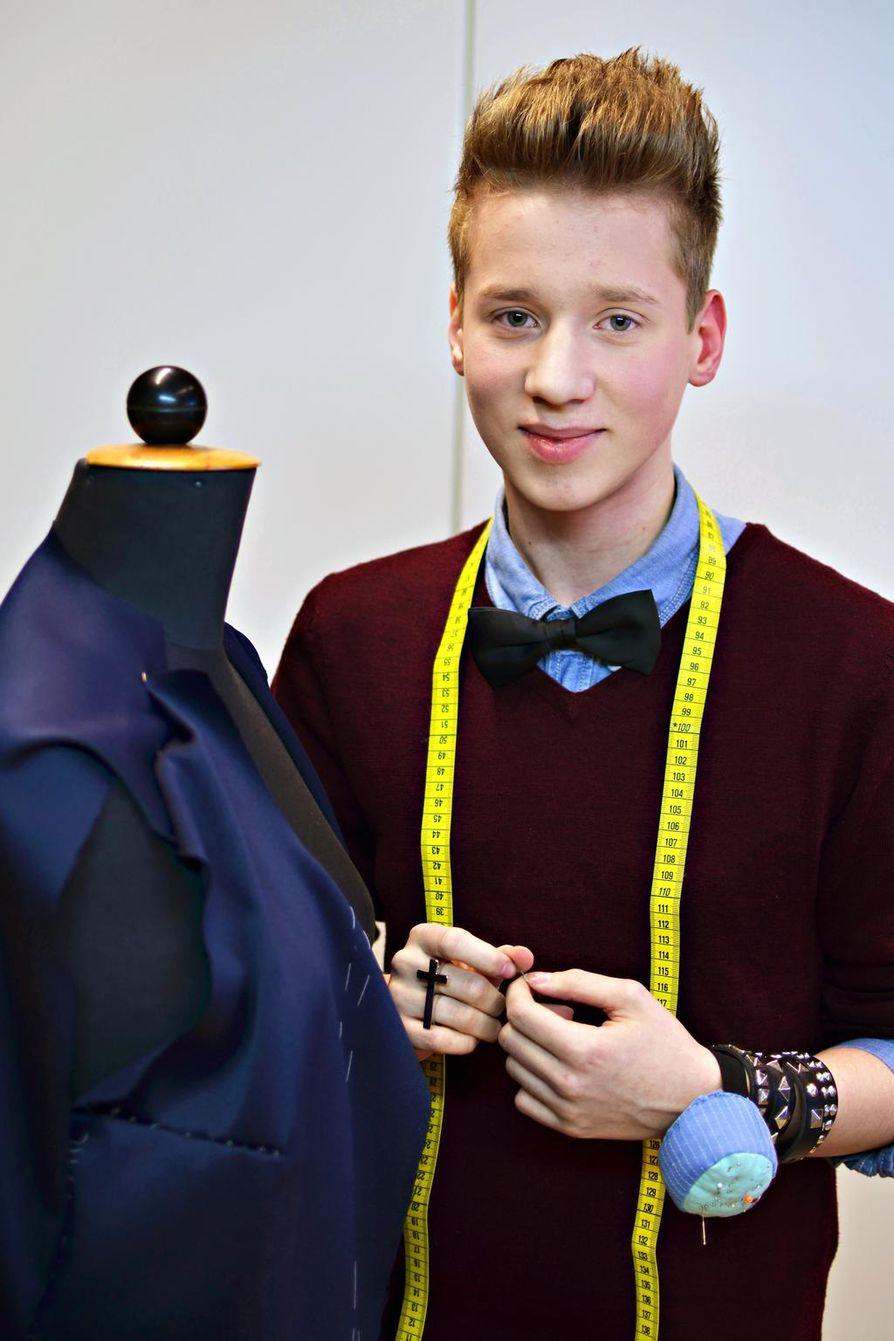 Janne Naakka pukeutuu myös kouluun. Jannella on koulupoika-tyylinen asu. Persoonallista vivahdetta asuun tuovat rusetti ja ristisormus.