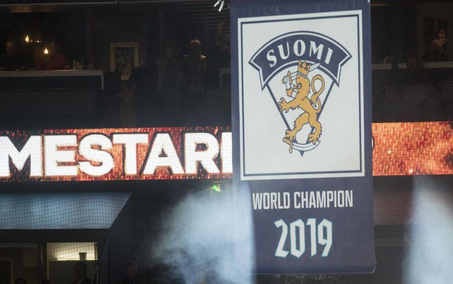 Ennen torstain ottelun alkua Helsingin Areenan kattoon nostettiin viime kevään maailmanmestaruudesta kertova viiri.