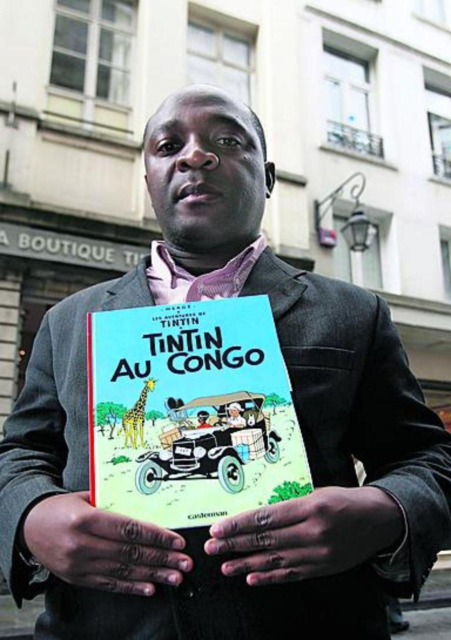 Kongolainen Mbutu Mondondo Bienvenu teki elokuussa oikeudelle pyynnön, että Tintti Kongossa -sarjakuvan myynti kiellettäisiin Belgiassa rasistisen sisältönsä vuoksi. Suomessa albumi on julkaistu alkuperäisellä nimellä, mutta lyhennettynä vuonna 1977. Vuodesta 1978 suomalaiset ovat tunteneet albumin nimellä Tintti Afrikassa.