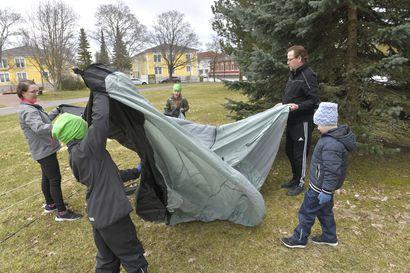 Hietikon perhe odottaa jo telttailua, jonka tuomaa vapautta hotelli ei voita – Näin saat onnistuneita elämyksiä ja vältät pinnan kiristymisen telttaretkellä
